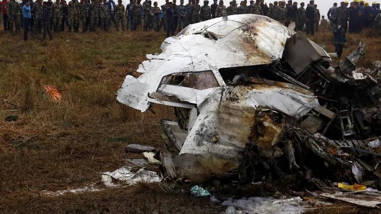 Kecelakaan pesawat di Nepal tahun lalu (REUTERS/Navesh Chitrakar)