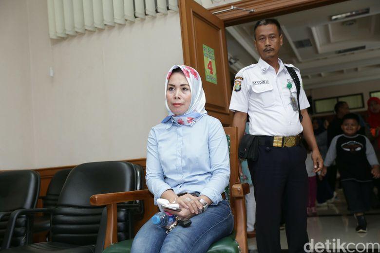 Anita datang bersama ibunda dan asisten rumah tangganya. Foto: Anita Dewi Faida istri Abdee Slank / Palevi S