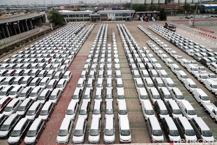 Penjualan Domestik Kendaraan Komersial Naik  Sejumlah mobil terparkir di Car Port Pelabuhan Tanjung Priok, Jakarta Utara, Senin (12/3/2018). Gabungan Industri Kendaraan Bermotor Indonesia (Gaikindo) menyatakan bahwa penjualan domestik kendaraan komersial sampai pada 2017, 235.307 unit terbagi di antaranya truk naik 45%, pickup naik 6 persen, dan double cabin naik 46 persen. Grandyos Zafna/detikcom
