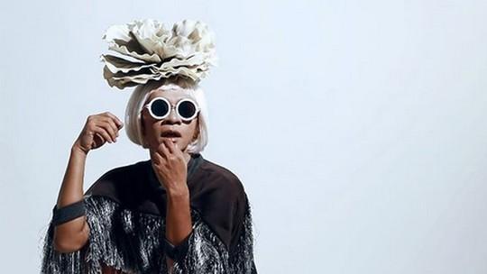 Art Alert, Aming Jadi Cewek pas Pose Bareng Cowok Bertelanjang Dada
