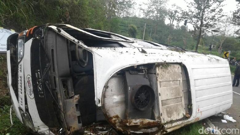 Minibus Travel Kecelakaan di Tanjakan Emen. Foto: Dian Firmansyah