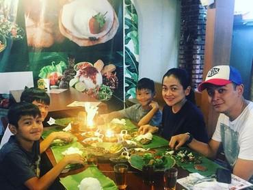 Makan malam bareng keluarga adalah kegiatan sederhana yang nggak akan terlupakan. (Foto: Instagram @fennyfahrezi)