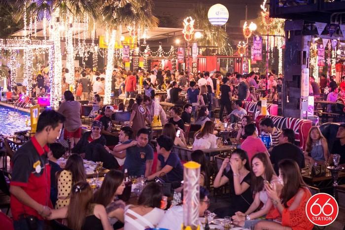 66 Station berlokasi di Pradit Manutham Road. Buka mulai pukul 6 sore, tempat ini lebih sering disebut bar dan venue pesta dibanding restoran. Foto: ShopJJ