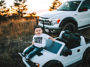 Si kecil dengan mobil mininya makin menggemaskan. (Foto: Rein Photography)