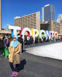 Traveling ke utara, wanita ini berwisata di Toronto. Dalam caption foto ia menulis kalau Toronto menjadi salah satu tempat favoritnya (radiahsarip/Instagram)