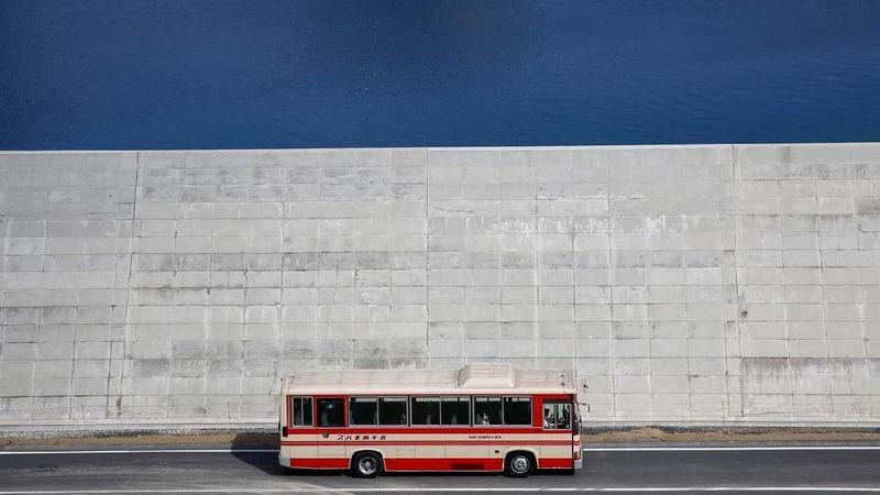 Pasca tsunami di 2011 silam, pemerintah Jepang membangun sebuah dinding raksasa yang membentang di tepi pantai di Rikuzentakata, 475 km dari Tokyo. (Kim Kyung Hoon/Reuters)