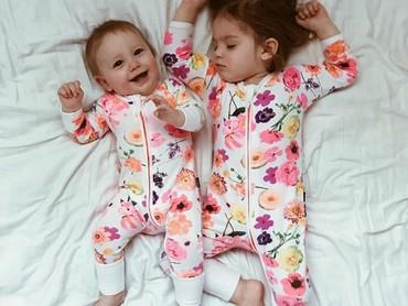 Sama-sama pakai baju bertema floral nih. (Foto: Instagram @dearest.sisters)