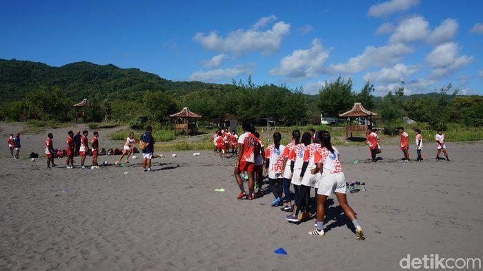 Suasana latihan timnas rugby Indonesia di Gumuk Pasir (Foto: Okdwitya Karina Sari/detikSport)