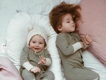 Meskipun kompak pakai baju berwarna hijau, kali ini adiknya belum tidur. (Foto: Instagram @dearest.sisters)