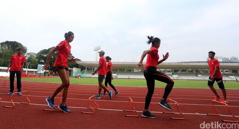 Atlet Pelatnas Atletik Berlatih di Stadion Madya