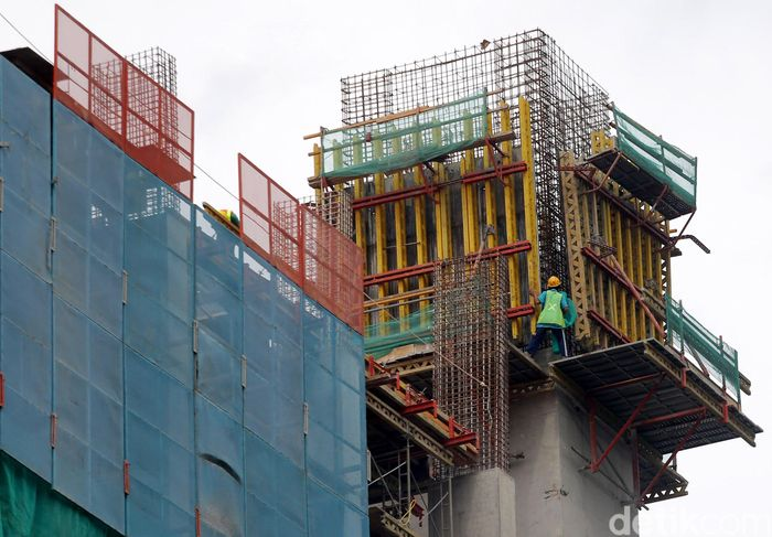 Para pekerja membangunan Rusunawa Pasar Rumput, Jakata Selatan.