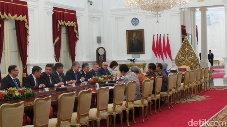 Jokowi Pamerkan Kemajemukan Suku di RI ke Parlemen Kazakhstan