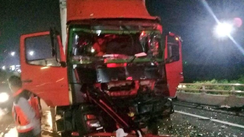 Kecelakaan Truk di Km 17 Tol Angke Arah Pluit, 2 Orang Luka