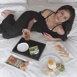 Mau Tahu Pose Selebgram Awkarin Saat Makan? Intip 10 Foto Ini