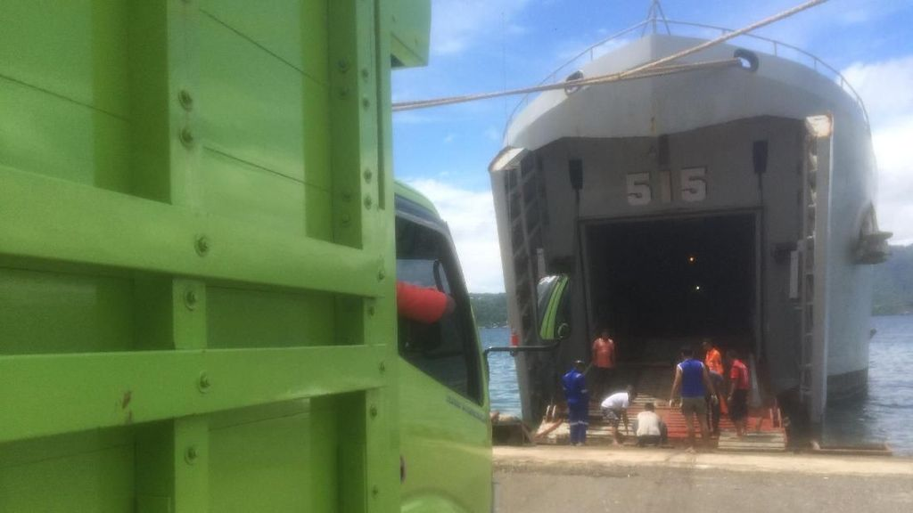 Pakai Kapal Perang, 150 Ton Beras Dikirim ke Maluku Tenggara Barat