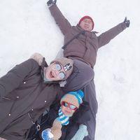 Bu Dendy bermain salju dengan sang suami (ovieovienreal/Instagram)