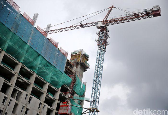 Alat berat terus bekerja untuk merampungkan pembangunan Rusunawa Pasar Rumput.