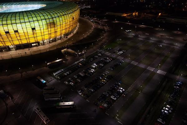 Saat malam hari, Stadion Energa Gdansk terlihat cantik (Stadion Energa Gdansk)