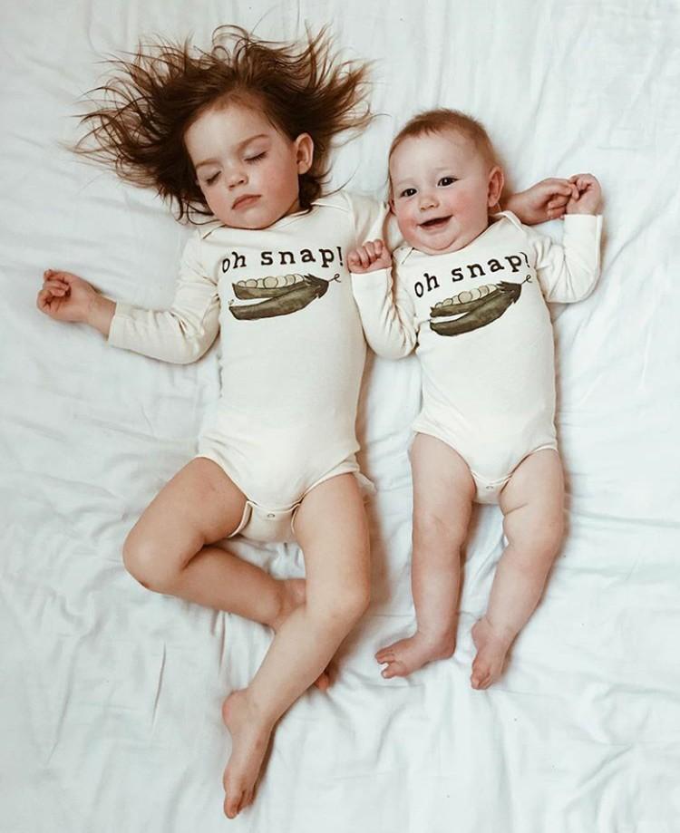 Saat kakak tiru gaya tidur adiknya. (Foto: Instagram @dearest.sisters)