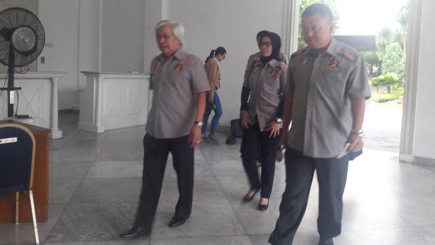Setyo dan jajarannya yang berseragam Perbakin memasuki ruang tamu Balai Kota.