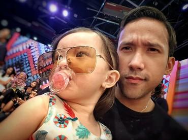 Pakai kacamata, Jemma kayaknya nggak mau kalah kece dari ayahnya nih. He-he-he. (Foto: Instagram/marulitampubolon777)