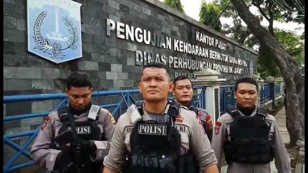 Tim Raimas Backbone Polres Metro Jakarta Timur menangkap 22 calo KIR menindaklanjuti laporan warga.