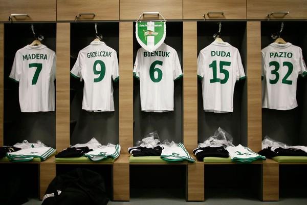 Tampak jersey para pemain Lechia Gdanks di ruang loker pemain (Stadion Energa Gdansk)