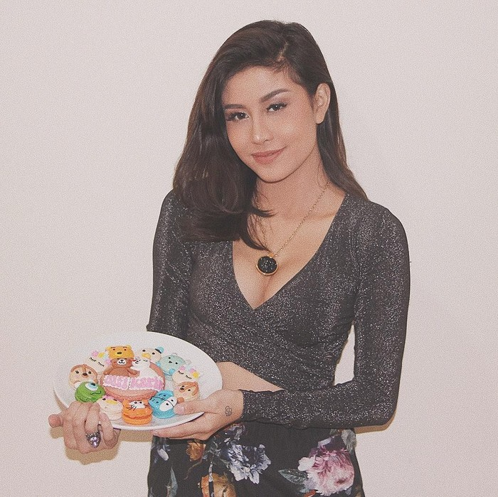 Kayaknya Awkarin penggemar makanan manis. Kali ini ia memamerkan sepiring macaron yang bentuknya lucu dan menggemaskan. Foto: Instagram @awkarin