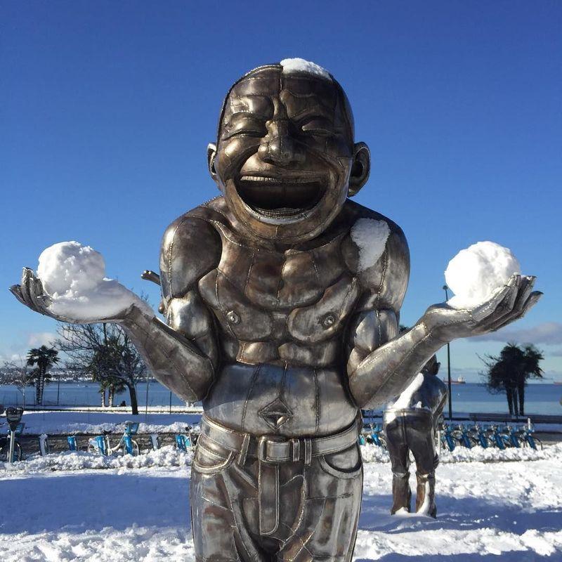 Melancong ke Vancouver, Kanada, sempatkan ke Morton Park di 1800 Morton Avenue. Ada patung yang bikin siapa saja tiba-tiba ingin ikut tertawa (van_biennale/Instagram)