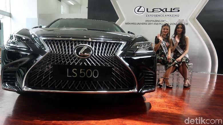 Miss Universe dan Puteri Indonesia berpose dengan Lexus LS 500 (Foto: Rengga Sancaya)