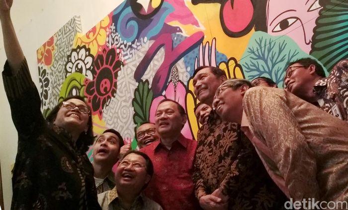 Ini momen keseruan Menteri Keuangan Sri Mulyani saat asyik swafoto bersama Menteri Koordinator Bidang Kemaritiman Luhut Binsar Pandjaitan hingga Agus Marto di acara pameran kesenian yang menjadi rangkaian acara annual meeting Internasional Monetary Fund-World Bank Group (AM IMF-WBG) di Bali, (13/3/2018).
