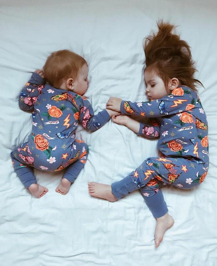 Duh, gaya tidur sang adik yang tengkurep lucu banget ya. (Foto: Instagram @dearest.sisters)