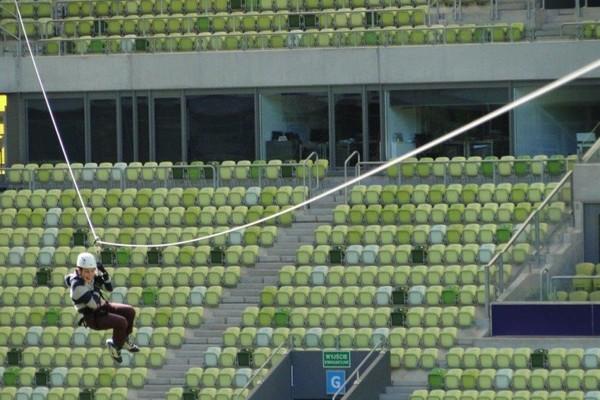 Yang seru, bisa juga main flying fox di dalam Stadion Energa Gdansk! (Stadion Energa Gdansk)
