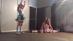 Disebut Deadlift Lolita, anggota kelompok musik ini terdiri dari dua binaraga terkenal yang gemar nge-gym, gulat, dan bernyanyi dengan kostum imut.