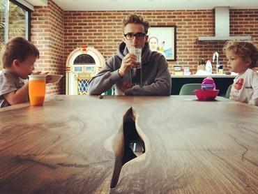 Sudah ketahuan kan siapa yang sudah siap sarapan dan siapa yang masih ngantuk? Hi-hi-hi. (Foto: Instagram @alexfletcher)