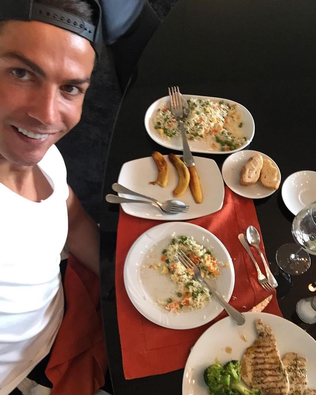 Jadi Pemain Bola Terbaik di Dunia, Begini 12 Gaya Makan Cristiano Ronaldo