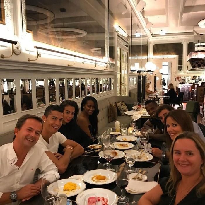 Kebersamaan Cristiano Ronaldo saat berkumpul dan makan bersama teman-teman. Di unggahannya ini, pemain dari Real Madrid ini pun mengatakan sangat senang bisa berkumpul dengan teman. Foto: Instagram Cristiano