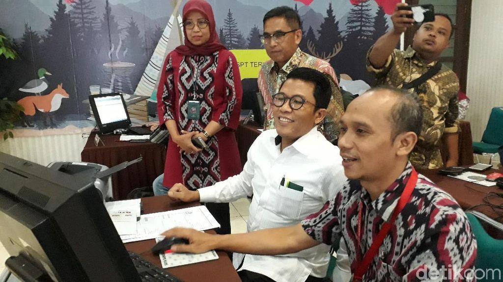 Bareng Wajib Pajak Lain, Anggota DPR Lapor SPT di Tanah Abang