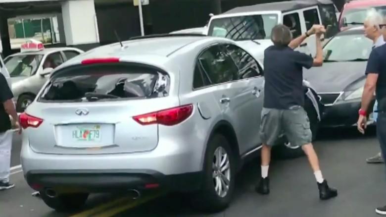 Pria mencoba menghentikan laju mobil dengan memukul bodi mobil pakai palu. Foto: ABC Local 10