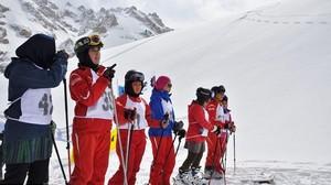 Kisah Wanita Afghanistan yang Main Ski untuk Pertama Kalinya