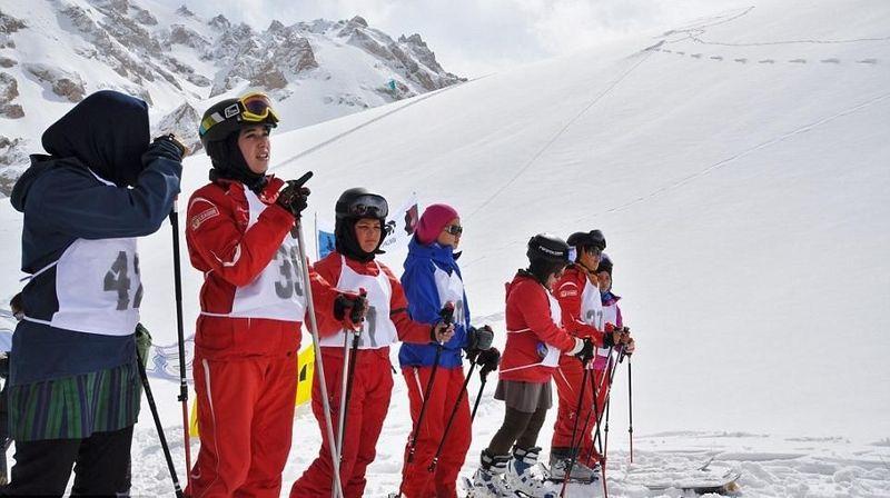 Inilah gadis-gadis etnis Hazara (sebelumnya ditulis Pustun), Afghanistan yang tergabung dalam Bamyan Ski Club. Untuk pertama kalinya dalam sejarah, wanita Afghanistan bisa menikmati olahraga ski. (Linda Sterhaug/Bamyan Ski Club)
