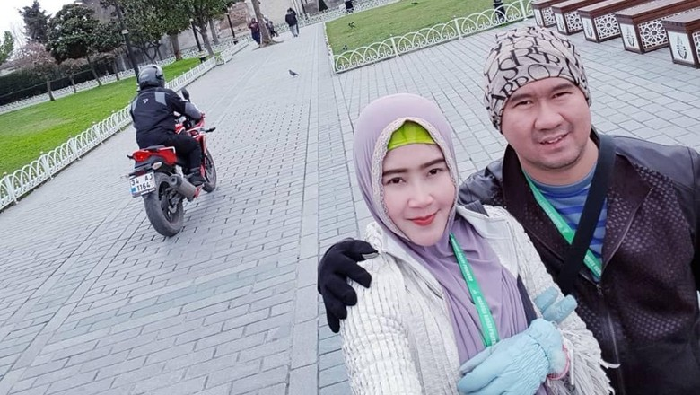 Bu Dendy dan suami di depan Blue Mosque Istanbul (ovieovienreal/Instagram)