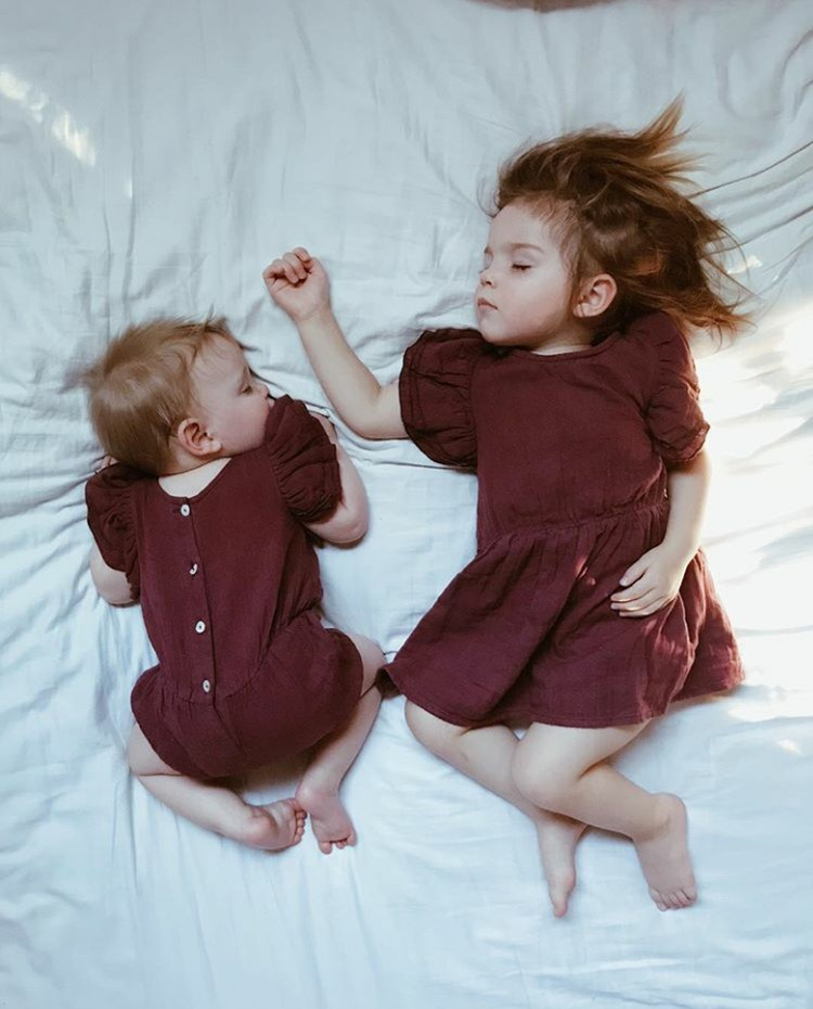 Sama-sama pakai baju berwarna merah maroon, mereka berdua menggemaskan banget ya, Bun? (Foto: Instagram @dearest.sisters)
