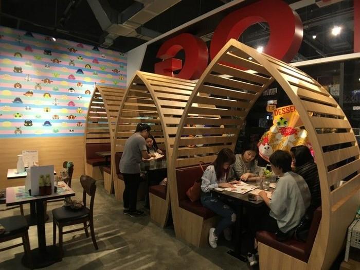 Ini salah satu spot untuk bersantap di KouKou Cafe. Terlihat menggemaskan dengan ruangan bersekat kayu. Foto: Asia One
