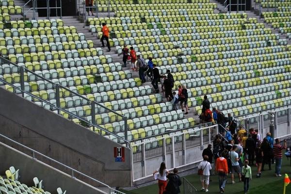 Turis bisa duduk di bangku penonton dan bebas berfoto-foto di sana (Stadion Energa Gdansk)
