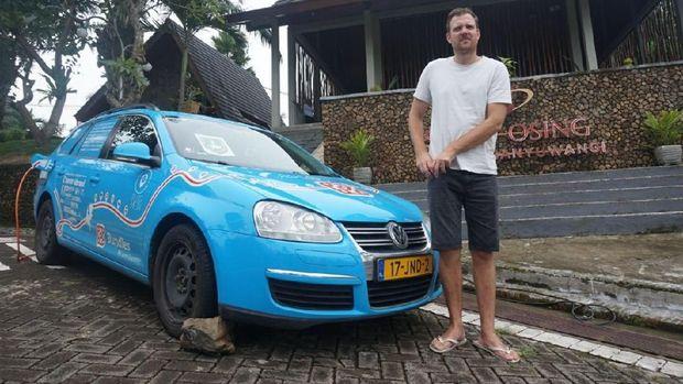 Banyuwangi Disinggahi Wiebe Wakker dan Mobil Listriknya
