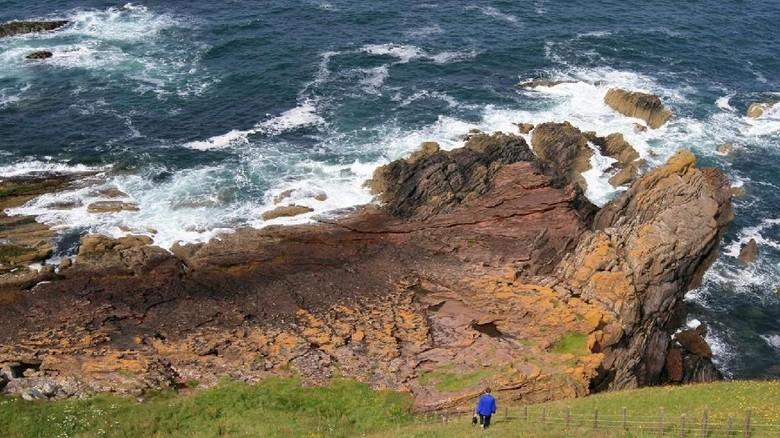 Tebing batu di Siccar Point, Skotlandia (John Van Hoesen/BBC Travel)