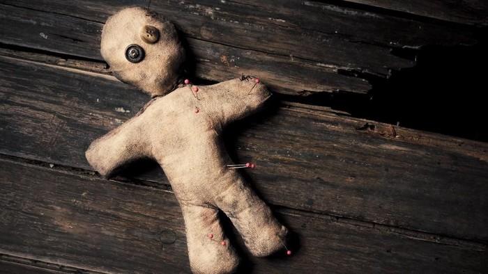 ilustrasi boneka voodoo