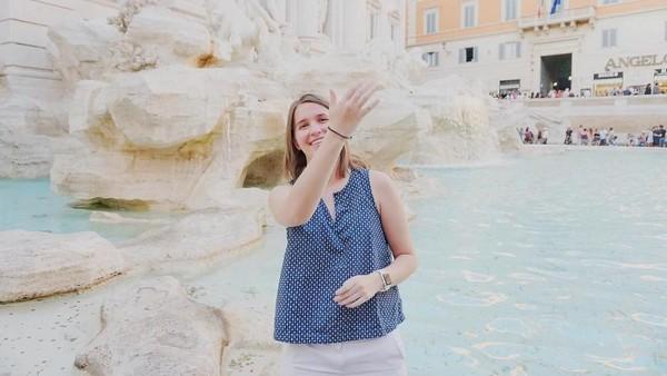 Dia berumur 23 tahun dan baru lulus dari Vanderbilt University pada Mei 2017 silam. Ini saat dia di Fontana Trevi, Roma (trekwithtaylor/Instagram)