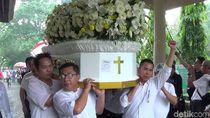 Foto: Haru di Prosesi Kremasi Pendiri Matahari Hari Darmawan